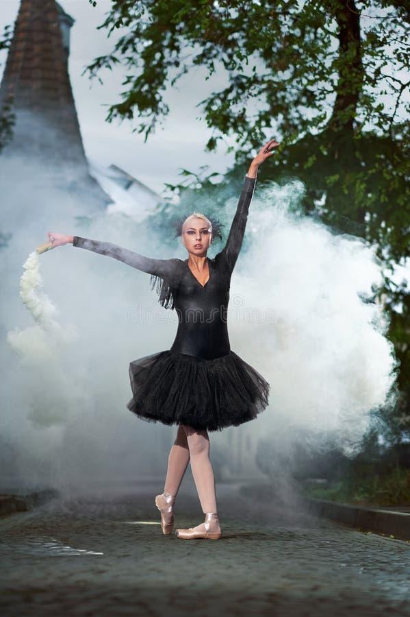 Wspaniała balerina w czarnym stroju tanu w miasto ulicach obraz royalty free