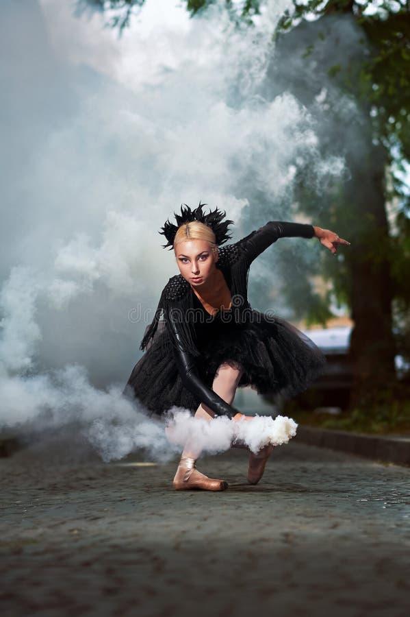 Wspaniała balerina w czarnym stroju tanu w miasto ulicach obrazy royalty free