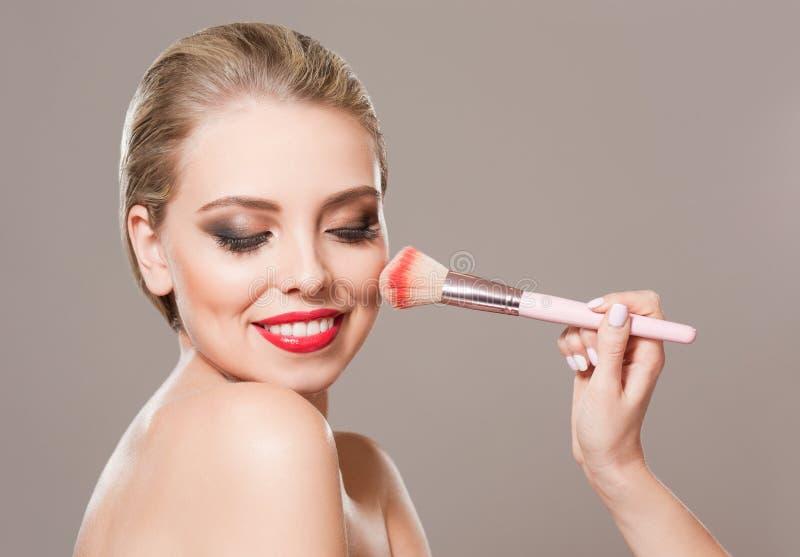 Wspaniała blond kobieta w świątecznym makeup obraz royalty free