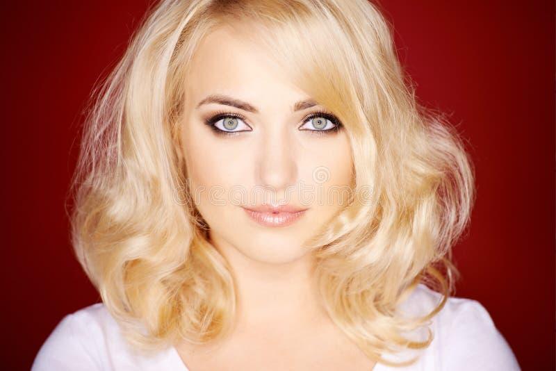 Wspaniała blond kobieta z naramiennym długość włosy fotografia stock