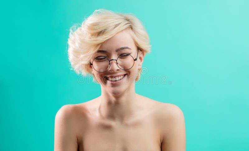 Wspaniała blondynka śmia się przy śmiesznymi opowieściami fotografia stock