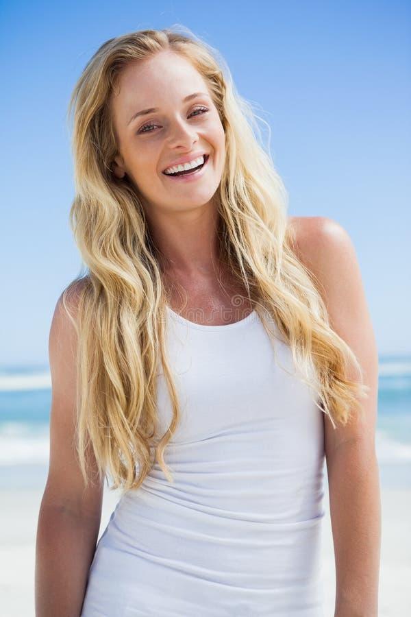 Wspaniała blondynka ono uśmiecha się przy kamerą na plaży obrazy stock