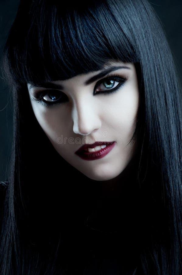 Wspaniała brunetka z ciemnym makeup i białą skórą obraz royalty free