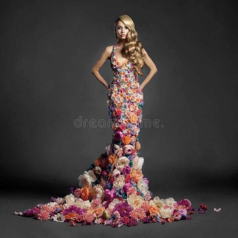 Wspaniała dama w sukni kwiaty fotografia stock