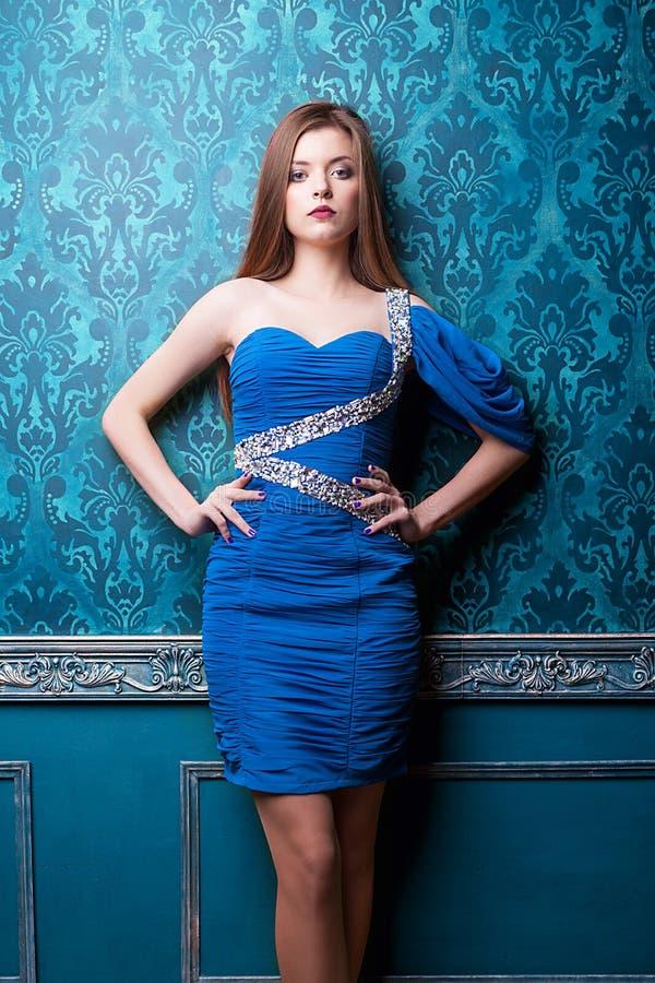 Wspaniała diwa w błękitnym rocznika wnętrzu fotografia royalty free
