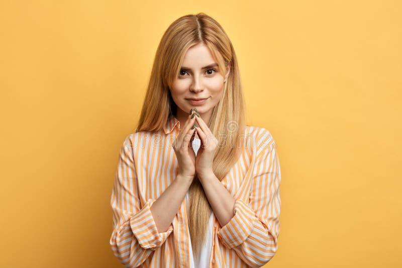 Wspania?a dobra przygl?daj?ca blondynki kobieta z palcami zdjęcia royalty free