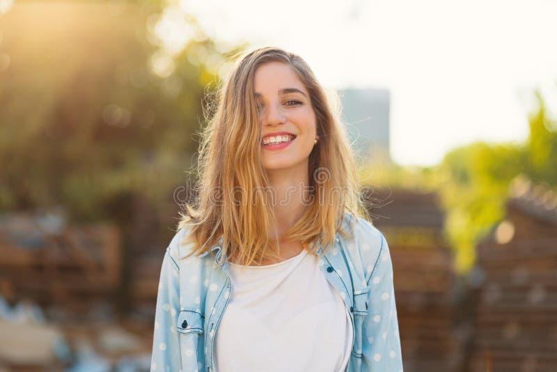 Wspaniała dziewczyna z pięknym uśmiechem i sunrays odbijaliśmy na jej szczęśliwej twarzy obraz stock
