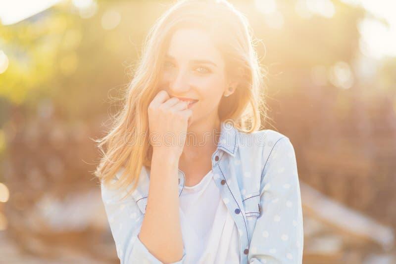 Wspaniała dziewczyna z pięknym uśmiechem i sunrays odbijaliśmy na jej szczęśliwej twarzy zdjęcie stock