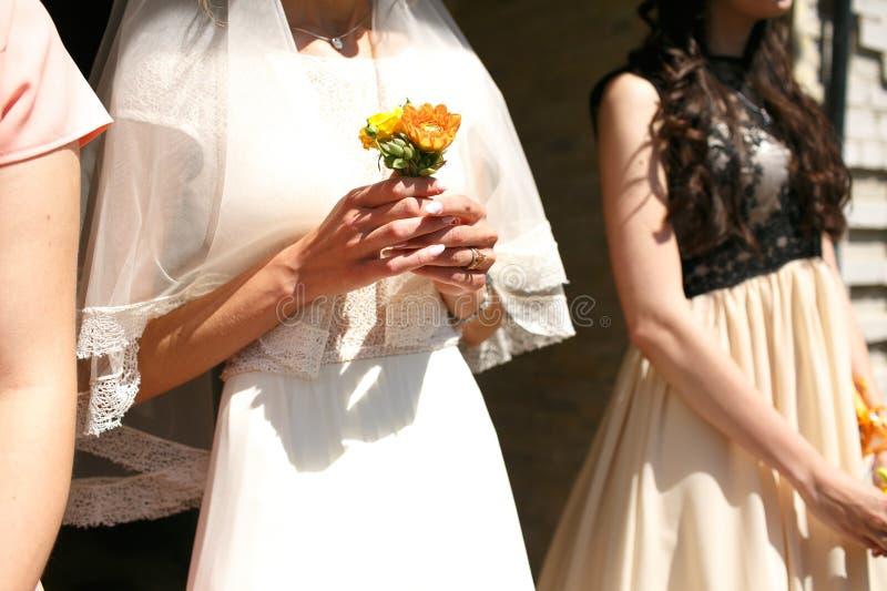 Wspaniała elegancka elegancka panna młoda i drużka trzyma kolorowego b obraz stock