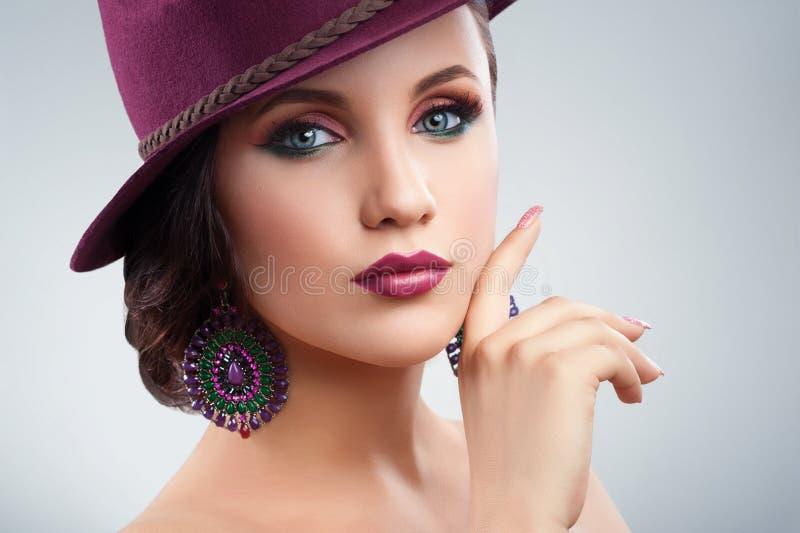 Wspaniała elegancka kobieta w kapeluszu pozuje w studiu obrazy stock