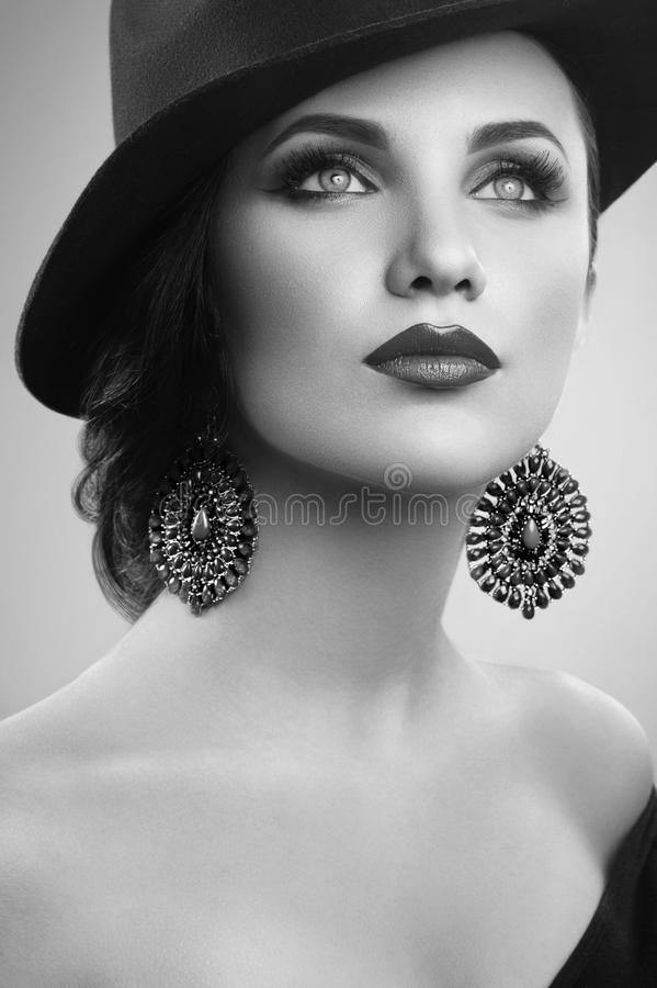 Wspaniała elegancka kobieta w kapeluszu pozuje w studiu zdjęcie royalty free