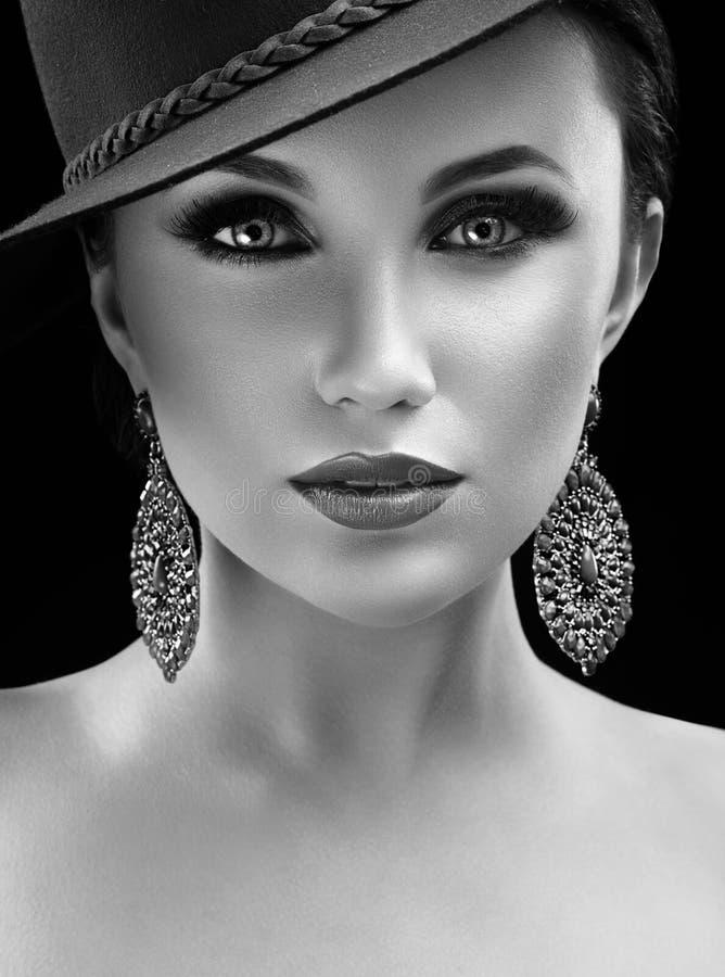 Wspaniała elegancka kobieta w kapeluszu pozuje w studiu zdjęcia stock