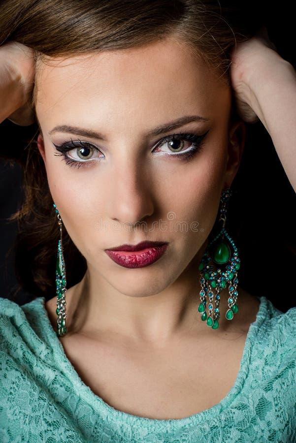 Wspaniała kobieta Jest ubranym Makeup z rękami na głowie fotografia stock