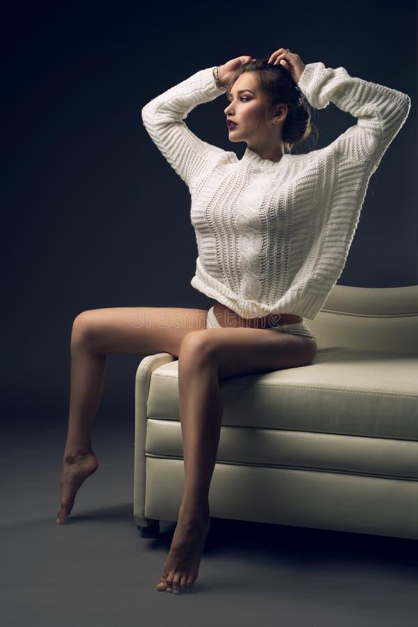 Wspaniała kobieta jest ubranym seksownego puloweru strzał fotografia royalty free