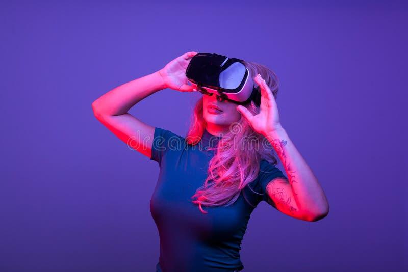 Wspaniała kobieta jest ubranym VR głowy set fotografia royalty free