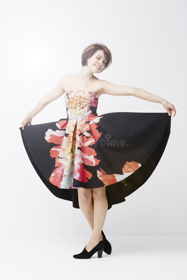 Wspaniała kobieta pozuje w sukni obrazy royalty free