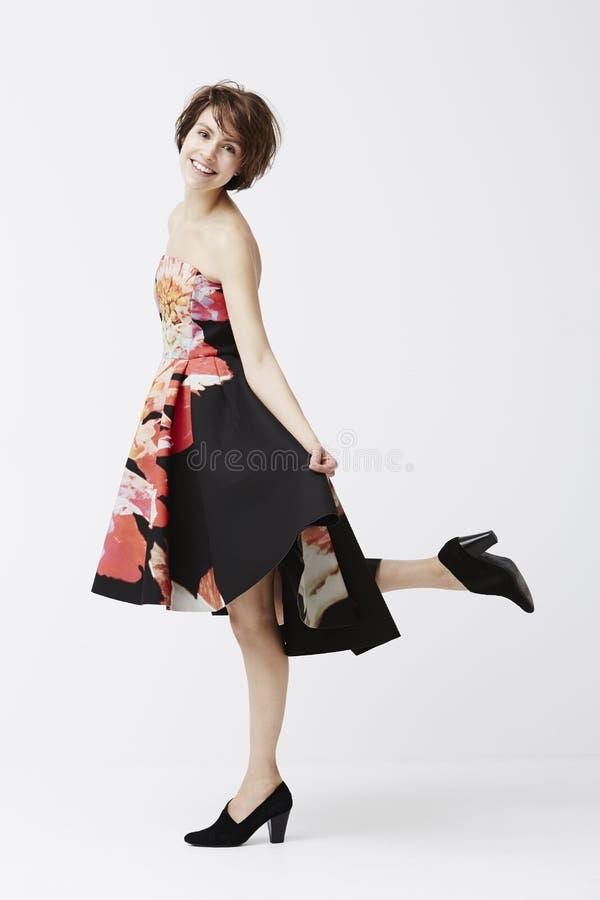 Wspaniała kobieta pozuje w sukni fotografia stock