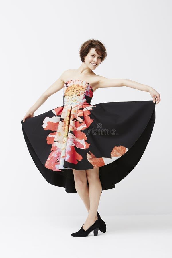 Wspaniała kobieta pozuje w sukni zdjęcie royalty free