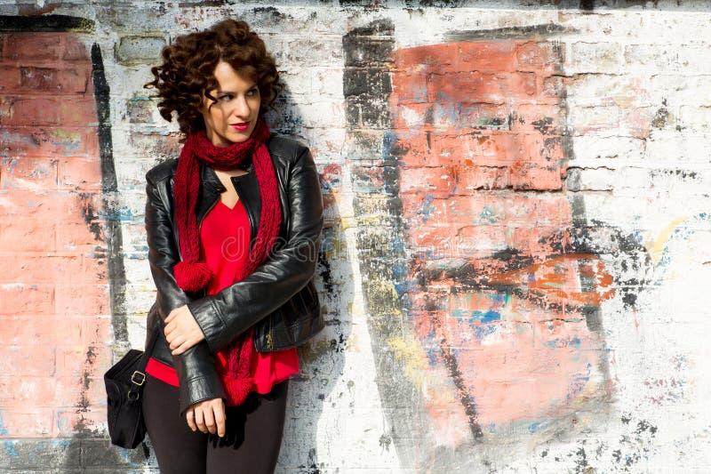 Wspaniała kobieta pozuje z graffiti obrazy royalty free