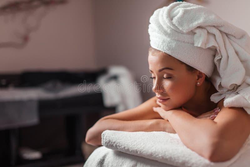 Wspaniała kobieta relaksuje na lounger z zamkniętymi oczami zdjęcia royalty free