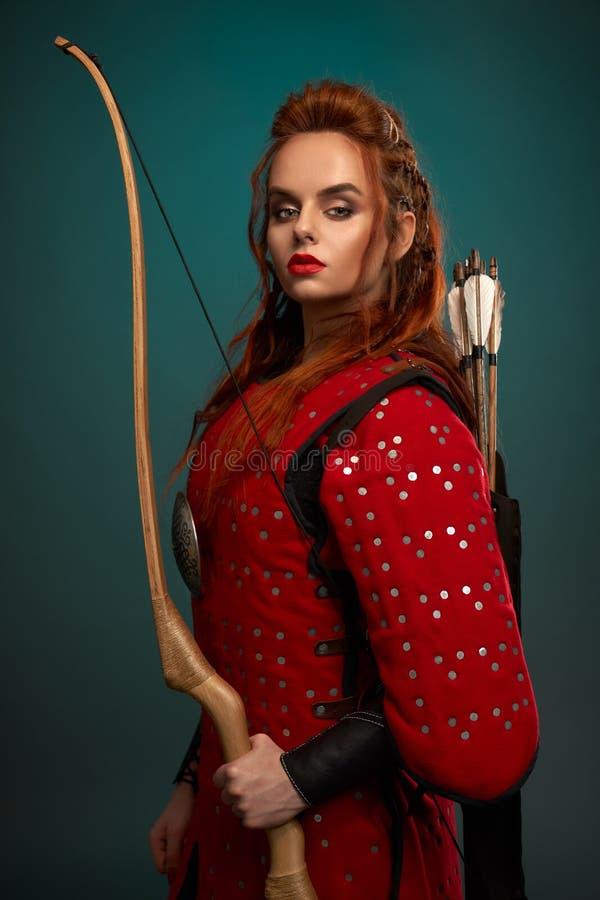 Wspaniała kobieta w średniowiecznej tunice z łękiem i strzałami zdjęcie royalty free