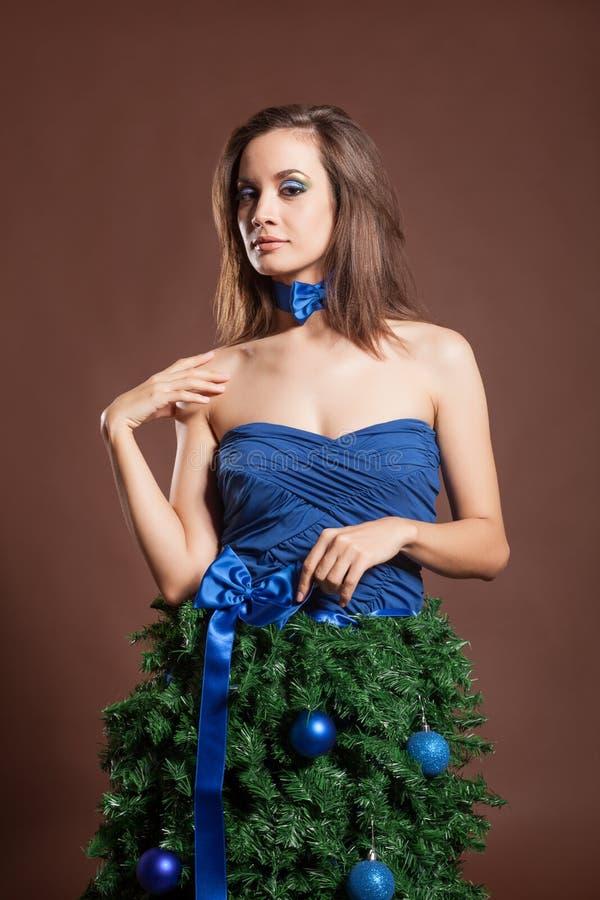Wspaniała kobieta w boże narodzenie mody sukni pojęciu na brown backr obrazy stock