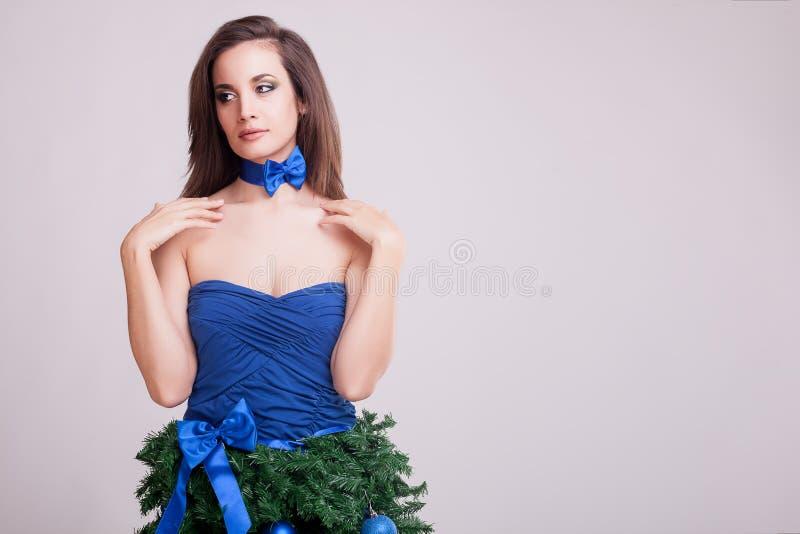 Wspaniała kobieta w bożych narodzeniach ubiera pojęcie na szarym tle obrazy royalty free