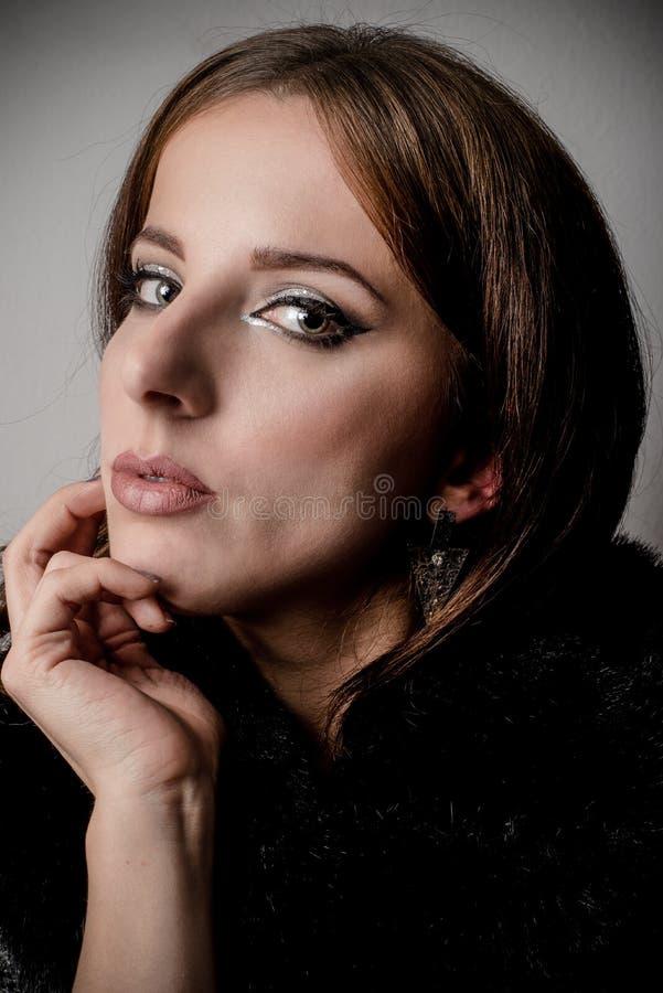 Wspaniała kobieta w Czarnej modzie Opiera na ręce zdjęcie royalty free