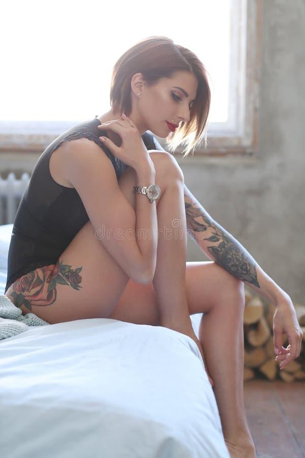 Wspaniała kobieta w domu fotografia stock