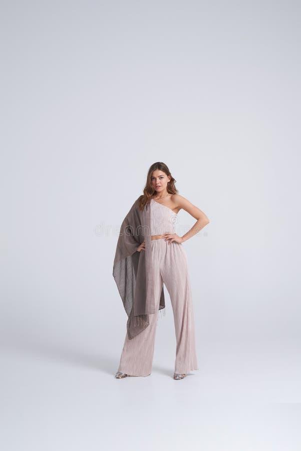 Wspaniała kobieta w trendu szalika i odzieży pozować fotografia stock