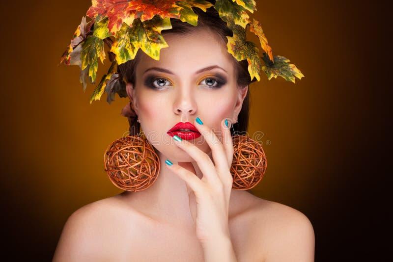 Wspaniała kobieta z jesień liśćmi w głowie obrazy royalty free