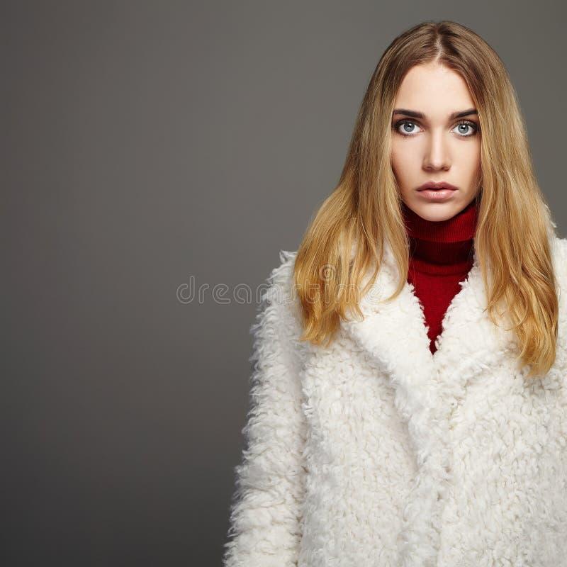 Wspaniała młoda kobieta jest ubranym futerko w zimy modzie obraz royalty free