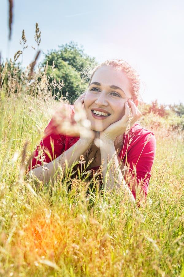 Wspaniała młoda kobieta ono uśmiecha się dla wyobraźni i jaskrawej przyszłości obraz stock