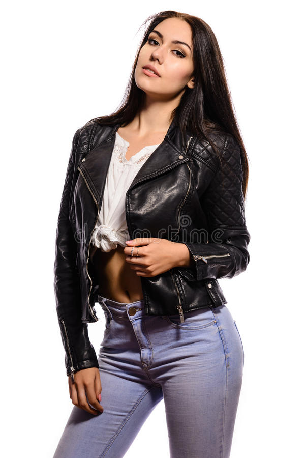 Wspaniała młoda kobieta w czarnej skórzanej kurtce na białym tle obrazy royalty free