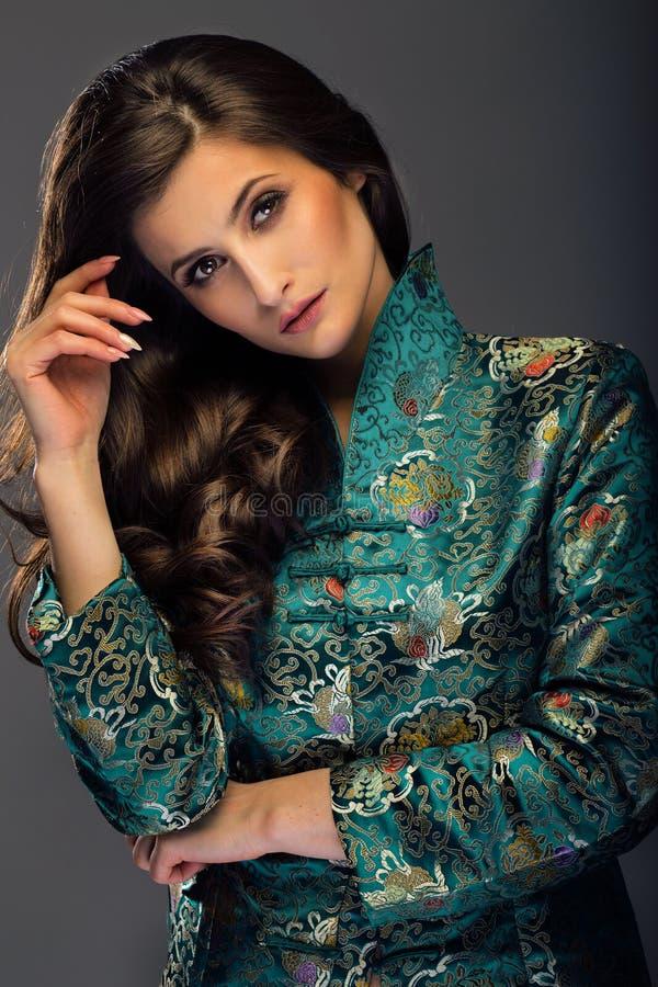 Wspaniała młoda kobieta w zielonej japońskiego stylu kurtki przyglądającym str zdjęcia stock