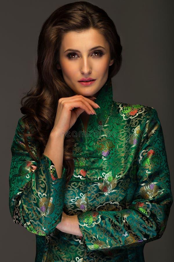 Wspaniała młoda kobieta w zielonej japońskiego stylu kurtki przyglądającym str fotografia stock