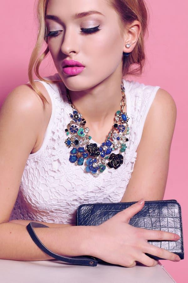 Wspaniała młoda kobieta z blond kędzierzawego włosy i oferty makeup w eleganckim, odziewa z akcesoriami zdjęcia royalty free