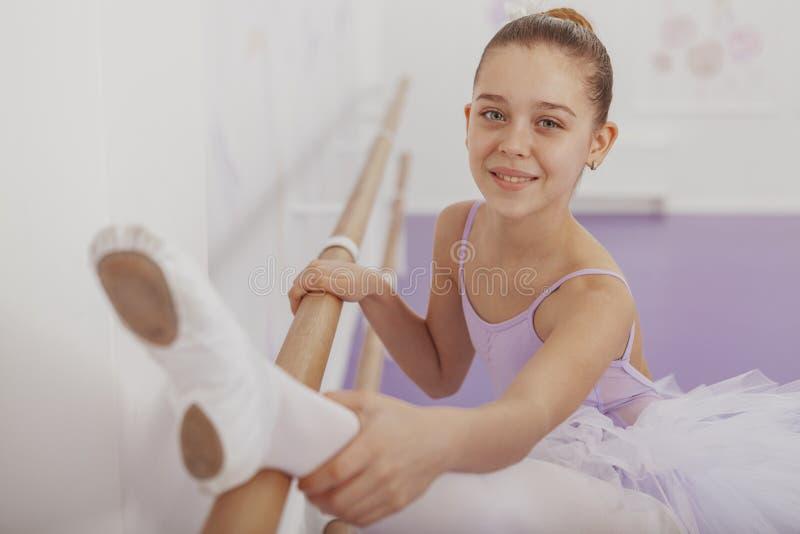 Wspaniała młodej dziewczyny balerina ćwiczy przy tana studiiem zdjęcie stock