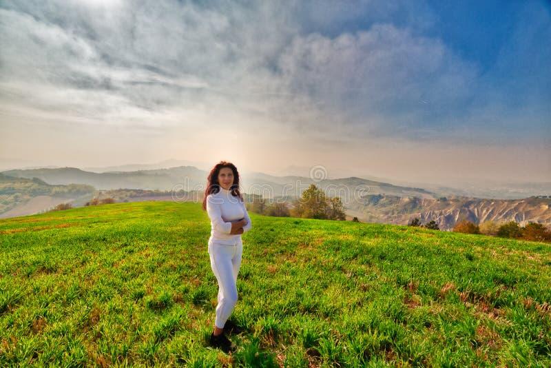Wspaniała menopauzalna kobieta na wzgórzu fotografia stock