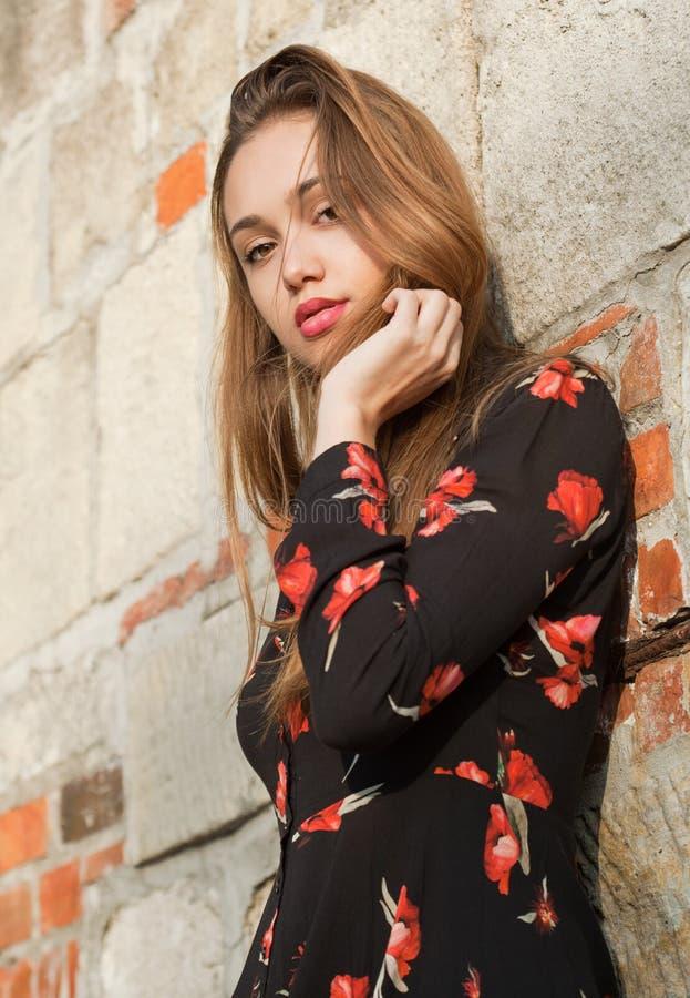 Wspaniała mody brunetka outdoors zdjęcie royalty free