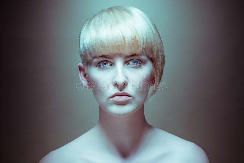 Wspaniała Naga Blond kobieta Patrzeje kamerę obrazy stock