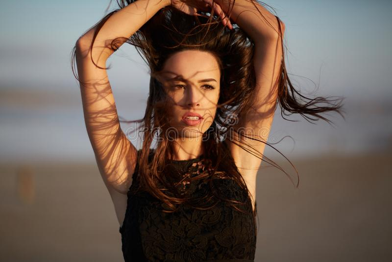 Wspaniała, naturalna młoda kobieta na zamazanym tle, Dziewczyna z falowanie włosy Piękno opieki pojęcie fotografia stock