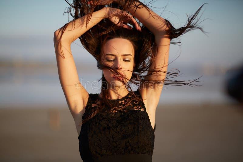Wspaniała, naturalna młoda kobieta na zamazanym tle, Dziewczyna z falowanie włosy Piękno opieki pojęcie zdjęcie royalty free