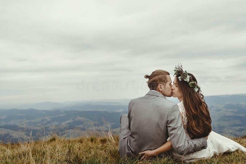 Wspaniała panna młoda i elegancki fornala całowanie na wierzchołku, boho poślubia c zdjęcia royalty free