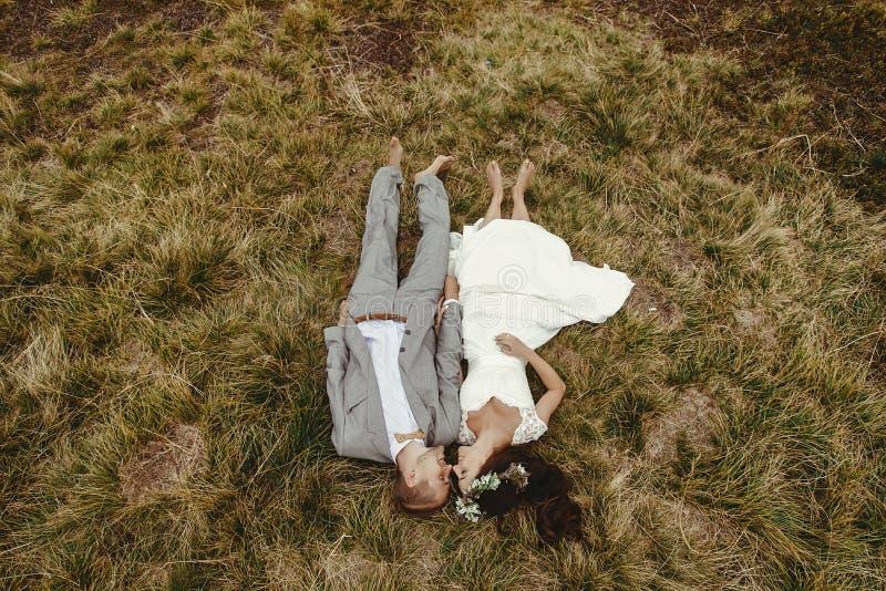 Wspaniała panna młoda i elegancki fornala lying on the beach na wierzchołku, boho ślubny cou obraz royalty free