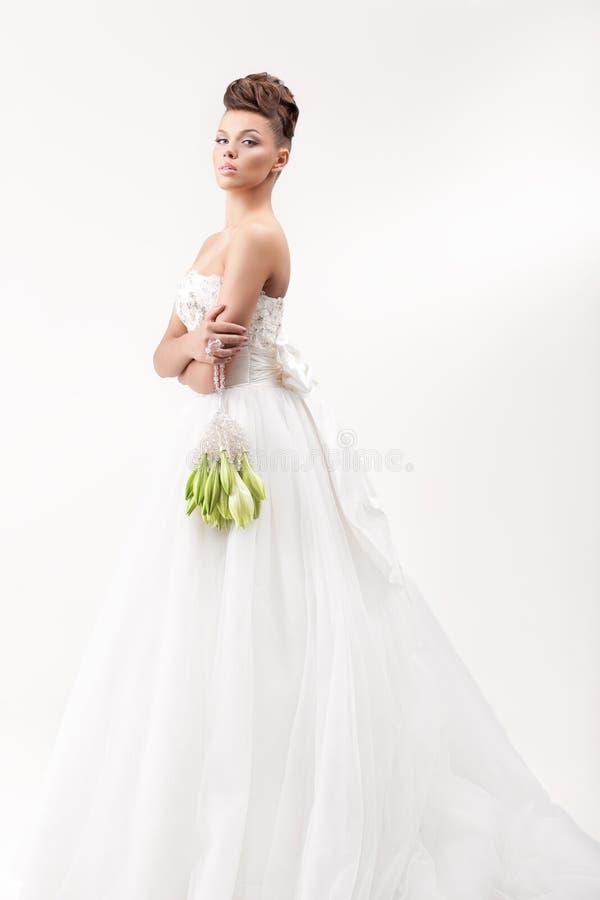 Wspaniała panna młoda w długiej białej luksus sukni obraz royalty free