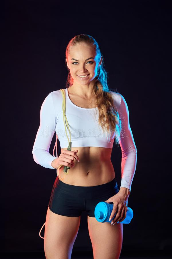 Wspaniała piękna blondynki dziewczyna iść wewnątrz dla sporta utrzymywać napad fotografia royalty free