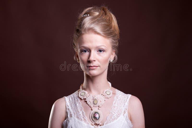 Wspaniała piękna kobieta w rocznika wiktoriański sukni zdjęcia royalty free