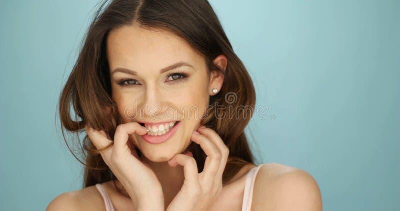 Wspaniała roześmiana figlarnie młoda kobieta zdjęcie stock