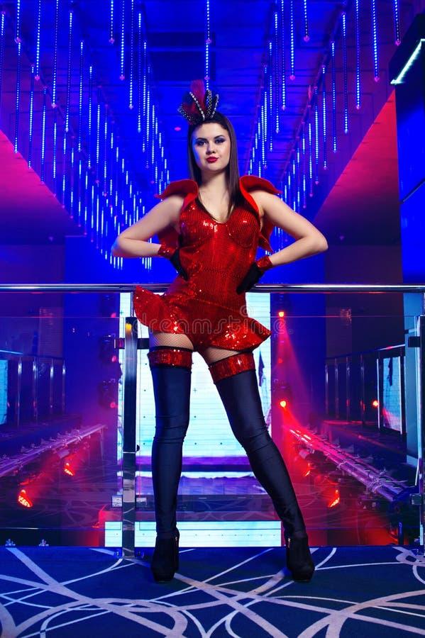 Wspaniała seksowna młoda egzotycznego tancerza tancerka pozuje przy nightcl zdjęcie royalty free